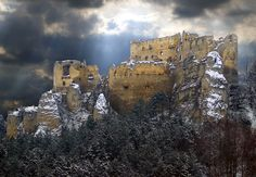 Welcome to the castle country - Top 20 castles in Slovakia Central Europe, Bratislava, Abandoned Houses, Eastern Europe, Czech Republic, How To Introduce Yourself, Mount Rushmore, New York Skyline, Landscape