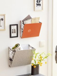 Vier einfache Upcycling Ideen für alte Bücher We breathe new life into old books. Here are 4 great upcycling ideas with which you can quickly and easily tinker with practical things. Diy Magazine Holder, Diy Rangement, Diy Casa, Old Books, Idea Books, Upcycled Crafts, Diy Organization, Getting Organized, Diy Furniture