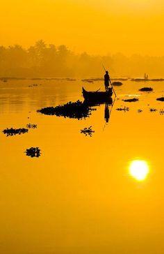 sunset and silhouette on a tranquil lake Phoenix Legend, Beautiful World, Beautiful Places, Beautiful Sunset, Foto Nature, Shades Of Yellow, Mellow Yellow, Belle Photo, Rocky Mountains