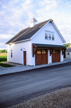 White Carriage Barn on Display: The Barn Yard & Great Country Garages Garage Exterior, Garage Shed, Barn Garage, Dream House Exterior, Interior Exterior, Garage Doors, Garage Plans With Loft, Garage Floor Plans, Barn House Plans