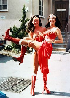 Lynda Carter being carried by her stunt double, Jeannie Epper.
