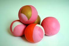 Tolle Idee: aus alten Luftballons und Stoff-/Wollresten etc. neue Bälle machen