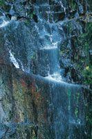 Fuente sobre roca volcánica.