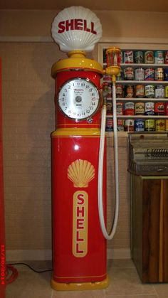 Let's see Clock-Face pumps Old Gas Pumps, Vintage Gas Pumps, Vintage Tools, Vintage Signs, Shell Oil Company, Car Themed Bedrooms, Shell Gas Station, Retro Signage, Pompe A Essence