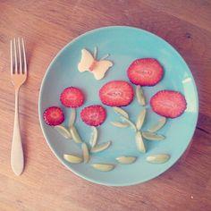 """""""#Flowers obsession (#strawberry + #grapes + #apple ) #simpleanddelicious #ricoysano #foodart #fruit #frutta #flores #fiori #buonobuono #buongiorno #bondia…"""""""