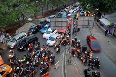 Sejumlah pengendara sepeda motor melawan arah saat melintas di bawah fly over TB. Simatupang, Jakarta, Kamis (3/9). Para pelanggar memilih melawan arah untuk memangkas jarak tempuh meski membahayakan dirinya dan pengendara lainnya serta menimbulkan kemacetan di saat jam sibuk. ANTARA FOTO/Indrianto Eko Suwarso