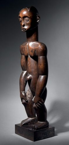 Statue Fang/Mabea, Cameroun Bois dur à patine brune H. 65,5 cm Fang/Mabea figure, Cameroun H. 25.59 in Provenance(s): - Collection Patricia Withofs - Collection privée européenne