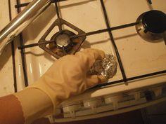 Ak potrebujete vyčistiť zaschnuté škvrny na sporáku, na grile, na kachličkách a podobne a nemáte po ruke kefu či drôtenku, jednoducho pokrčte kus alobalu a vydrhnite: