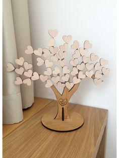 Guest Book - Baum des Lebens. Die Gäste können sich auf den hölzernen Herzen unterschreiben und sich somit auf Ihrer Hochzeit oder Feier einzigartig verewigen. In den Baumstamm, gravieren wir die Namen des Paares in ein Herz ein. Die Grösse beträgt 45cm x 45cm und die einzelnen Herzen 4cm x 3,6cm. Es befinden 50 Stück auf dem Baum.