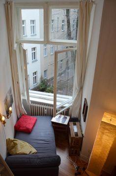 Eine kleine Couch am Fenster sorgt für einen schönen Ausblick beim Lesen oder entspannten Tee trinken.  Wohnung in Berlin.  #flat #room #Berlin