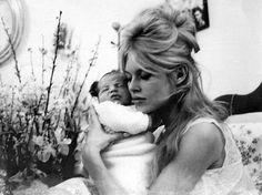 BRIGITTE BARDOT: O MITO DE UMA MULHER.Uma bela mulher que mudou toda uma geração a sua volta. Ela se tornou a francesa mais famosa do século XX. Beleza, comportamento, atitude, cinema, música, ambientalismo, modernidade.    Leia mais: http://lounge.obviousmag.org/vitor_dirami/2012/02/brigitte-bardot-o-mito-de-uma-mulher.html#ixzz1tN6d1LIu