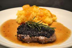 Beef Medaillons with sesam and oranges - Rinds-Medaillons mit Sesam und Orangenpolenta Polenta, Rinder Steak, Orange, Beef, Food, Exotic Fruit, Lockets, Meat, Food Food