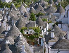 """Alberobello este o mică localitate din regiunea Puglia, aflată în sudul Italiei, mai exact în """"tocul"""" Cizmei. Orășelul este aflat în patrimoniul UNESCO, fiind foarte cunoscut datorită caselor sale …"""