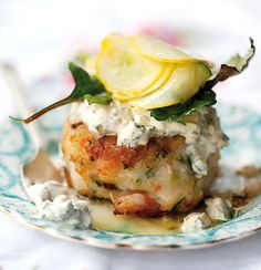 These prawn (shrimp) cakes with home-made tartare sauce look so good it's frankly indecent Prawn Dishes, Fish Dishes, Fish Snacks, Marinated Vegetables, Shrimp Cakes, Great Recipes, Favorite Recipes, Appetisers, Shrimp Recipes