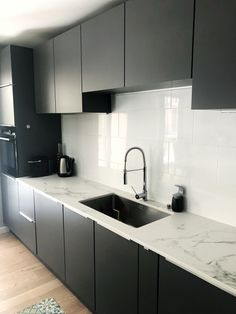 gray lacquer kitchen undercounter sink space white marble effect Kitchen Furniture, Kitchen Interior, Undercounter Sink, Small Dining, Black Kitchens, Kitchenette, Open Kitchen, Küchen Design, Modern Kitchen Design