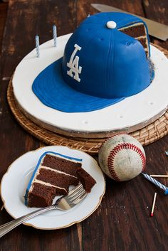 Kristin, this made me think of you & Evan. Of course it would be a Texas Rangers cap. ************** Dodgers Baseball Cap Cake by the little epicurean. Baseball Birthday, Baseball Party, Baseball Cap, Baseball Kids, Baseball Memes, Baseball Crafts, Sports Birthday, Dodgers Cake, Dodgers Baseball