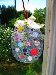 Easy Easter craft for young children :: An Easter egg suncatcher
