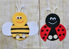 These super cute bee finger puppets are perfect for a spring or summer kids craft or when learning about bees or insects. Try making it as a book extension with a favorite children's book with a bee character. Bee Crafts For Kids, Summer Crafts, Toddler Crafts, Diy For Kids, Easy Crafts, Easy Diy, Ladybug Girl, Puppets For Kids, Ladybug Crafts