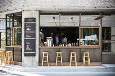 最近東京で話題の『コーヒースタンド』について解説します。 既にコーヒーマニアの間ではジワジワブームが来ていて、その波は全国へと押し寄せています。 近くにお店がある人は是非一度飲んでみて下さい。極上の一杯に出会える事も!!