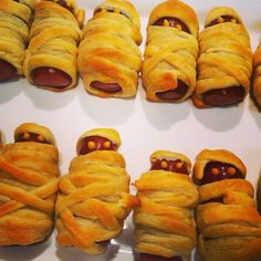 How to Make Mummy Hot Dogs. Mummy hot dogs (also called mummy dogs) make perfect snacks or treats at Halloween parties or events. Halloween Snacks, Halloween Fingerfood, Halloween Parties, Spooky Halloween, Halloween Decorations, Halloween Buffet, Halloween Recipe, Halloween Halloween, Mummy Hot Dogs