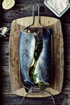 eats / Cała ryba z grilla - Przepis this is making me feel so starved. Food Photography Styling, Food Styling, Fish Recipes, Seafood Recipes, Pan Comido, Cuisine Diverse, Fish Dishes, Fish And Seafood, Side Dishes
