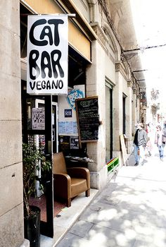 Vegan food in the El Born neighborhood of Barcelona Cat Bar. Veganes Essen im Viertel El Born in Barcelona El Born Barcelona, Barcelona Bars, Barcelona Food, Barcelona Restaurants, Barcelona Catalonia, Barcelona Travel, Vegan Restaurants, Chicago Restaurants, Cat Bar