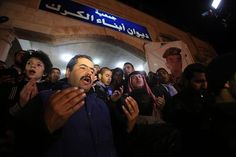 3日、アンマンで、過激組織「イスラム国」に抗議するヨルダンの人々(AFP=時事 ▼4Feb2015時事通信|焼死体でもいいから返せ=報復誓う故郷-ヨルダン http://www.jiji.com/jc/zc?k=201502/2015020400420