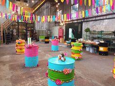 2-Nice, Festival Decoratie, Festival Aankleding, Festival Styling, Festival Vlaggen, Inrichting Festival, olietonnen, gekleurde olietonnen, vlaggenlijnen, industrieel
