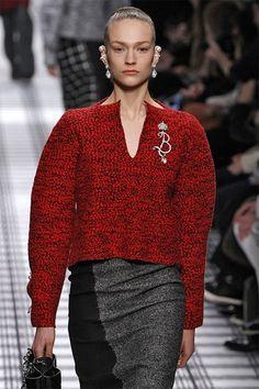 <P>Een hoofdrol voor brede schouders en rijkelijk versierde oren bij Balenciaga</P>