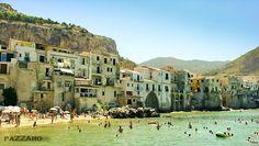 En la region de Palermo, en Sicilia, encontramos el pintoresco pueblo de Cefalu, capital turistica del mar Tirreno.  Y aunque la afluencia de turistas es masiva, conserva todo su encanto de tipico pueblo Siciliano, en el que destacan sus casas colgando sobre el mar.