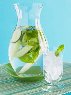 Easy at home spa treatments: Super Water: add five mint leaves and 10 thin cucumber slices to a pitcher of water! Mint oil helps flush away complexion-dulling toxins, and vitamins A and C in cukes keep skin healthy Healthy Recipes, Healthy Drinks, Get Healthy, Healthy Snacks, Healthy Plate, Hcg Recipes, Mint Recipes, Cookbook Recipes, Health And Beauty