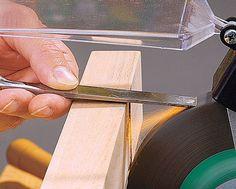 Holzbeitel können mit der Zeit oder bei falscher Benutztung stumpf werden und sind damit nicht mehr zu Bearbeitung von Holz zu gebrauchen. Allerdings kann man das Werkzeug auch selbst per Hand schleifen – wir zeigen, wie es geht.