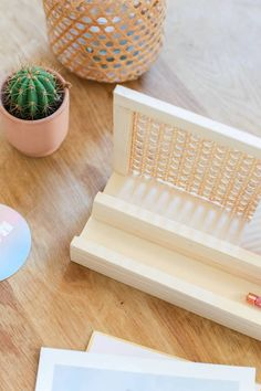 DIY organiseur de bureau en cannage // Hellø Blogzine - Blog déco Lifestyle - www.hello-hello.fr Diy Rangement, Blog Deco, Upcycle, Recycling, Homemade, Lifestyle, Vintage, Home Decor, Upcycling
