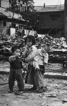 Korean War Victims - Korean children in a war-ravaged area, Seoul, South Korea Old Pictures, Old Photos, Les Nations Unies, Korean Peninsula, Korean People, We Are The World, Religion, Korean War, World History