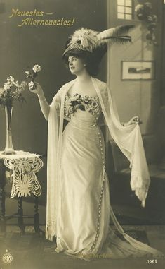 Women's Titanic era Edwardian hats were huge nests of flowers, feathers, ribbons and jewels. Learn the history and shop Edwardian style hats. Old School Fashion, 1900s Fashion, Edwardian Fashion, Timeless Fashion, Vintage Fashion, Edwardian Clothing, Medieval Fashion, Vintage Clothing, Luxury Fashion