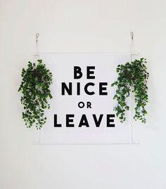 Être gentil ou laisser le mur bannière  Popeline polyester de 100 % ○ Place de 2pi ○ (24 « x 24 ») ○ Pôle boucles en haut et en bas pour une