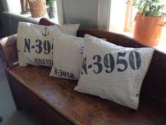 Puter sydd av gammel seil med stofftrykk. Bed Pillows, Pillow Cases, Homemade, Pillows, Home Made, Diy Crafts, Hand Made, Diys
