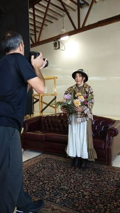 Photographer Kevin Berne at the Pygmalion photo shoot with actors Irene Lucio.