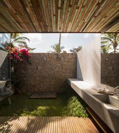 ~ fantastic merge of seclusion, privacy and open air ....does that make sense? ++ Studio MK27   Marcio Kogan #outdoor #bathroom
