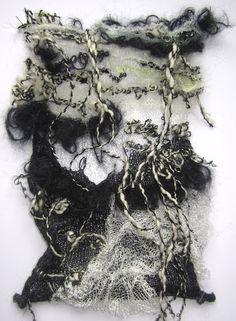 tan bueno como el punto obtiene muestra tejida en capas con flecos - so gut wie gestrickt wird gestrickte probe mit fransen überlagert Textile Texture, Textile Fiber Art, Textile Fabrics, Textile Artists, Knitting Designs, Knitting Patterns, A Level Textiles, Knit Art, Creative Textiles