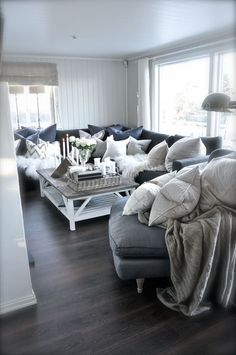 Color envy. Grays, creams, neutrals. Go together so well.