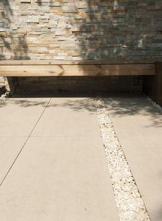 Senzo erfindet den Sichtbeton neu. Mit einem Gesamtbild, das Quadratzentimeter für Quadratzentimeter homogener ist als jede gegossene Fläche. Und als erster Stein seiner Art mit Oberflächenschutz gegen Schmutz und Verwitterung.