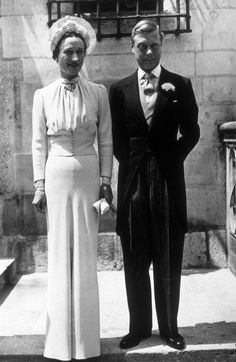 Eduardo VIII y Wallis Simpson contrajeron matrimonio en Londres (1937) a pesar de la polémica por la abdicación al trono de Eduardo VII. El sencillo pero impecable vestido de la novia, todo en crepe azul, fue diseñado por el norteamericano Mainchober.