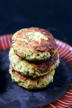 kotlety z cukinii z cheddarem 02-1024 Salmon Burgers, Cheddar, Ethnic Recipes, Blog, Food Ideas, Recipes, Salad, Cheddar Cheese, Blogging