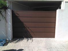 Puerta metálica de lamas marrón oxidon