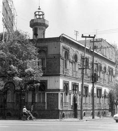 La casa de la familia Serralde, ubicada en la esquina de Revolución y Rubens, en el barrio de Mixcoac, alrededor de 1970. Esta construcción de estilo morisco fue realizada por el arquitecto Enrique Olaeta en 1903, y más tarde se convirtió en el Bulldog Café. Imagen: Fot. Constantino Reyes-Valerio, CNMH-INAH