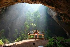 なんですか、この光景は!タイのバンコクから約300キロのところにあるカオ・サームローイヨート海洋国立公園の奥深くにあるプラヤー・ナコーン洞窟...