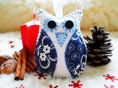 Ľahučká ručne robená flisová ozdoba, základ tvorí biely flís,krídielka súz bielo modrej bavlenej látky s paisley vzorom,vyplnená je vatou. Dokonale ozdobí váš vianočný stromček. V galérii takti...