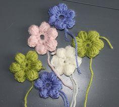 Ik ben kleine lieve bloemen aan het haken. Ze zijn er leuk en je kan er van alles mee maken. Naai ze aan elkaar voor een sjaal of tas of als...