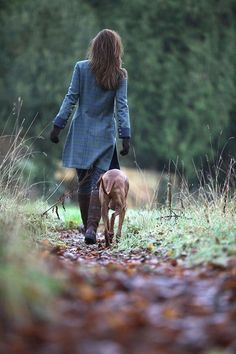 tweed, no slit in the back but not needed if the width is enough, buttons on the sleeves/cuffs, contrasting fabric/colour at the cuffs Mode Country, Country Walk, Town And Country, Country Life, Country Girls, Country Living, Country Homes, Looks Country, English Country Style